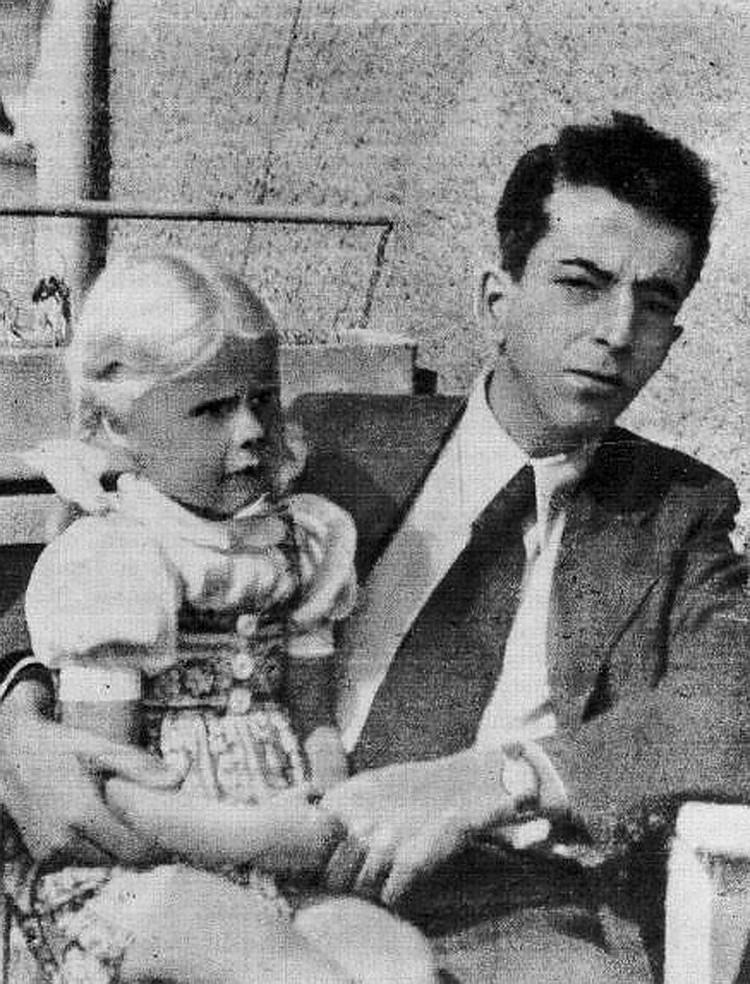 Г.Марутов с немецкой девочкой — дочкой хозяйки дома, в котором он квартировал. Фото из семейного архива Марутова