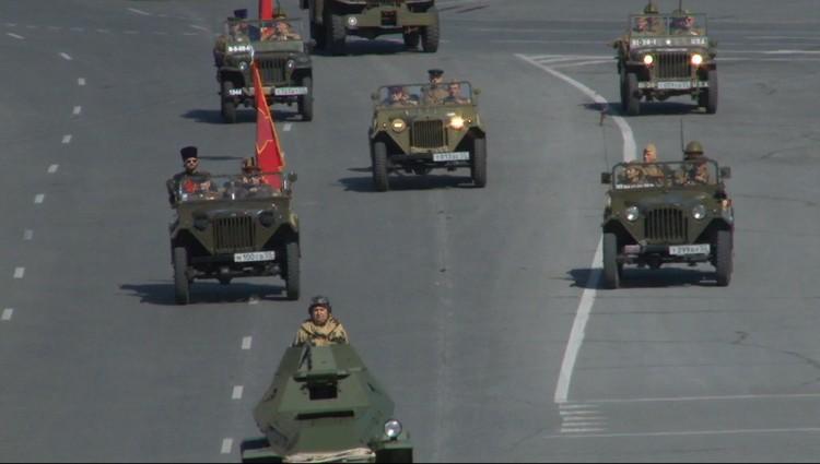 Ветераны въехали на Соборную площадь на УАЗах.