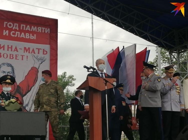 Валерий Радаев поздравил участников шествия