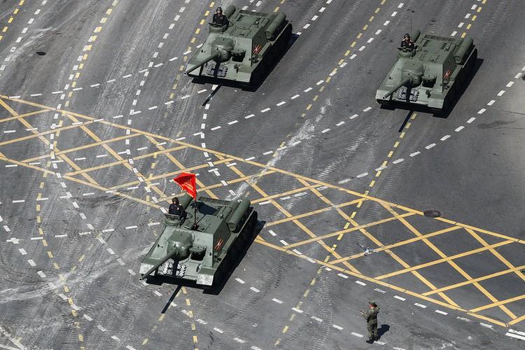 Перед гостями парада проехали и семь самоходных артиллерийских установок СУ-100. Фото: Станислав Красильников/ТАСС
