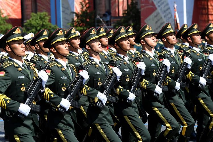 Китайские военнослужащие продемонстрировали безупречную выправку и слаженность.