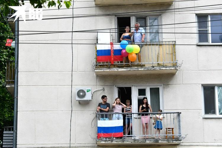 Некоторым жителям города посчастливилось наблюдать за военным торжеством со своих балконов.