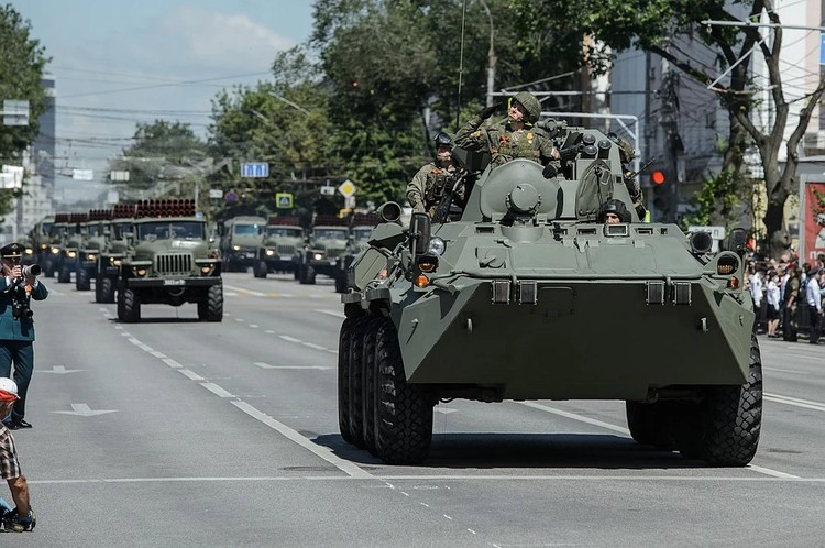 В параде приняли участие больше сотни единиц военной техники. Фото: Константин ТОЛОКОННИКОВ/Пресс-служба правительства области