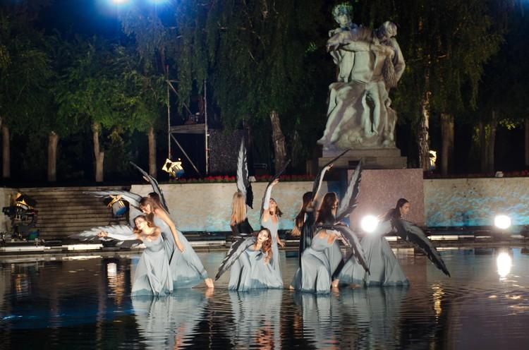 Танцевали прямо в воде.