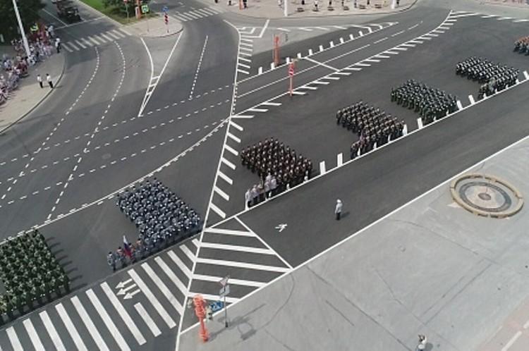 По площади Советов прошло 10 единиц военной техники и более 550 человек в 10 пеших парадных расчетах. Фото: Администрация Кемерова