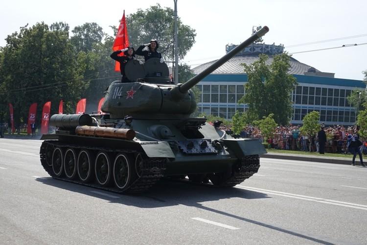 Легендарный Т-34 открыл торжественное шествие в Новокузнецке.