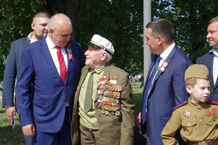 Губернатор лично поздравил Николая Нефедова с праздником. ФОТО: Алиса Овчинникова