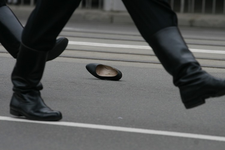 Колонна девушек прошла, а туфелька осталась...