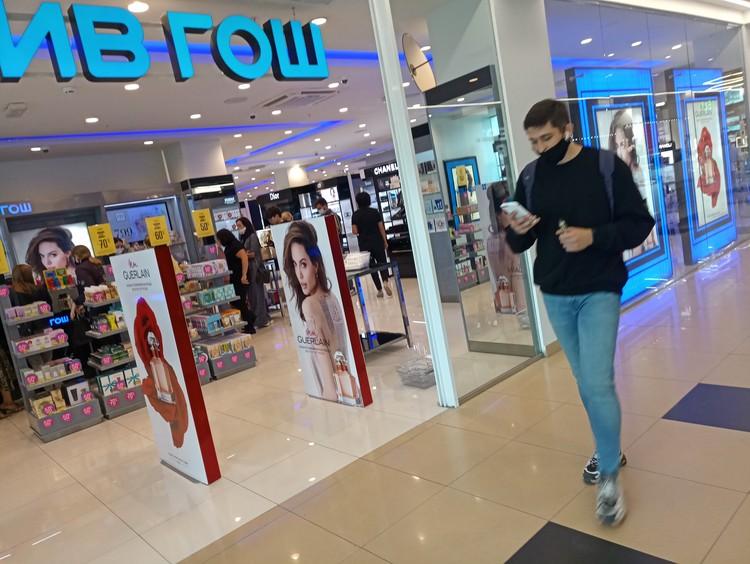 Многие дамы ожидали открытия торговых центров, чтобы купить средства для ухода за собой