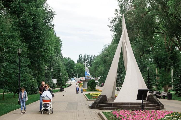 На аллее трудовой славы расположены монументы в честь заводов и предприятий города.