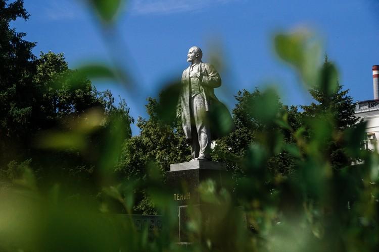 Памятник Ленину перед заводом «Металлург»