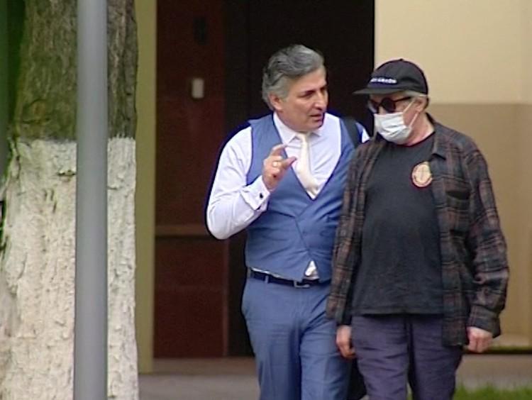 Адвокат Эльман Пашаев и актер Михаил Ефремов возвращаются с допроса.