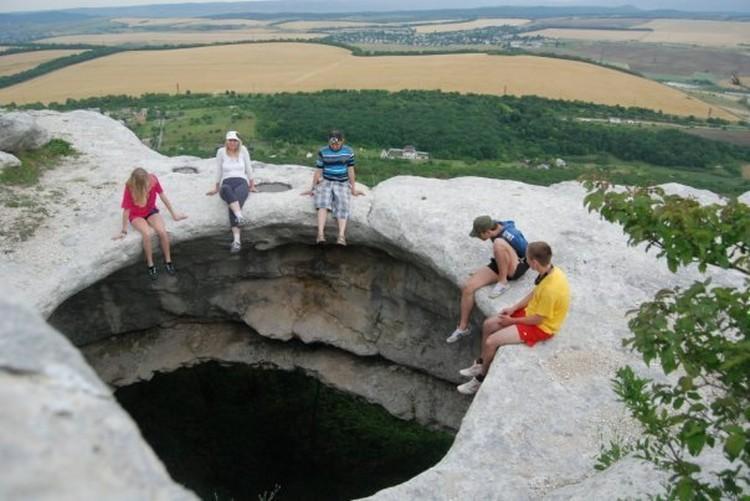 В Дырявой пещере археологи обнаружили немало древних погребений. Теперь это место пользуется популярностью у туристов Фото: Лев Лев
