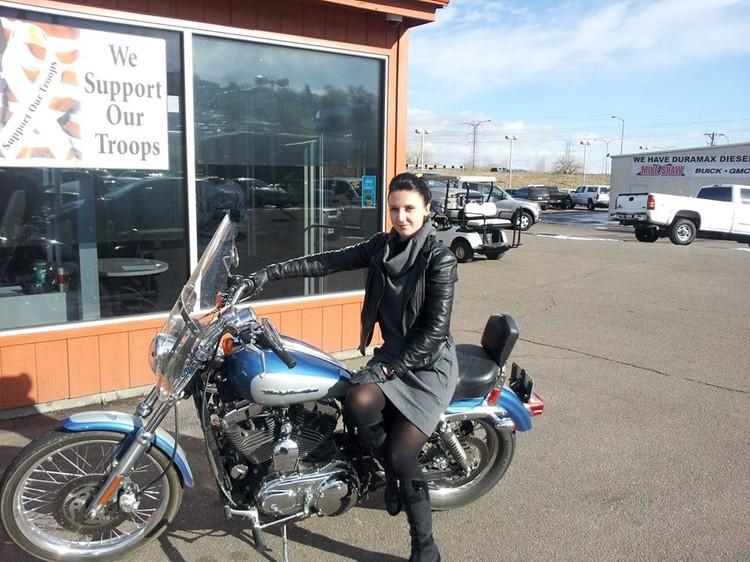 Анастасия занимается продажей авто и мотоциклов. Фото: facebook.com/anastasia.askewmelnikova