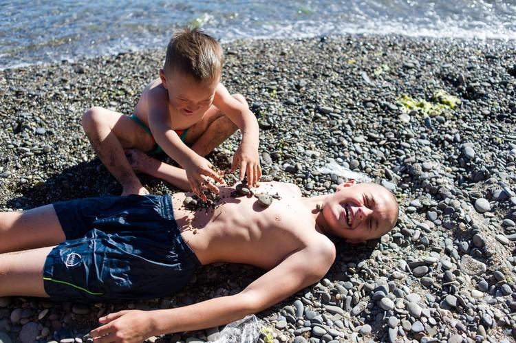 Дети тоже находят развлечения на пляже