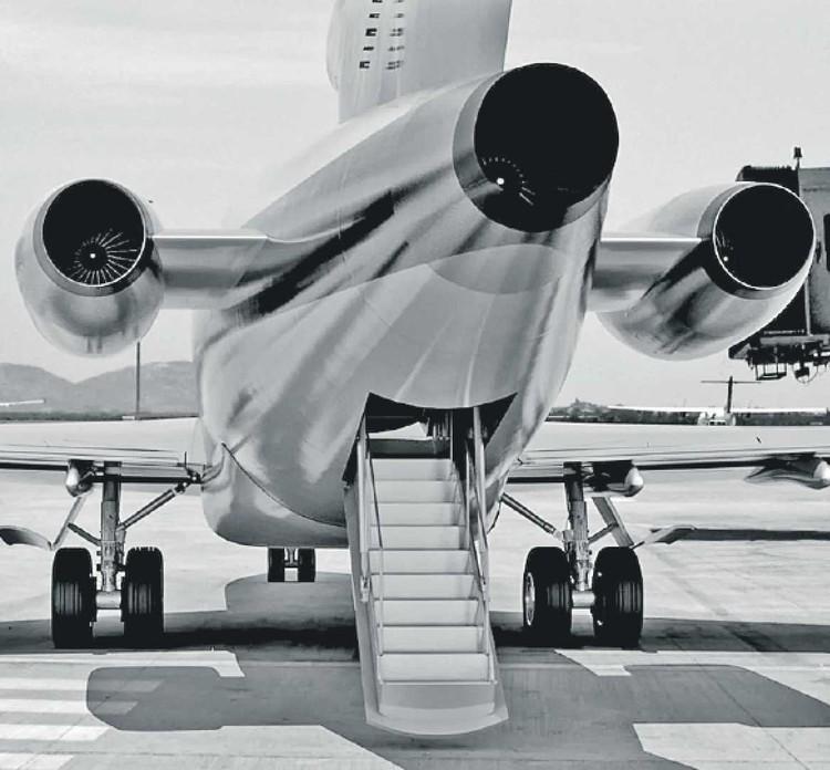 Прямо в полете смельчак спрыгнул в ночь с этой рампы. На высоте 3000 метров и скорости 320 км/час. Смог ли он выжить? Фото: FBI
