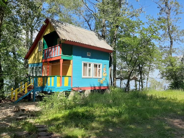 Жилье разное: есть небольшие «квартиры», а есть дома на 6-7 человек со всеми удобствами.