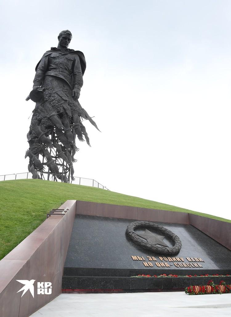 Подо Ржевом открыт памятник Советскому солдату.