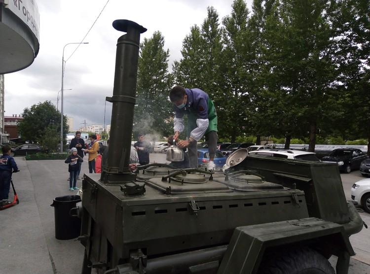Тюменцы выстраиваются в очередь за солдатской кашей и чаем