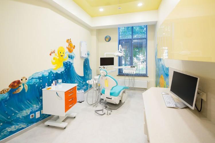 """Малыша не нужно заставлять лечить зубки, он будет это делать охотно. Фото: стоматология """"Филигрань""""."""