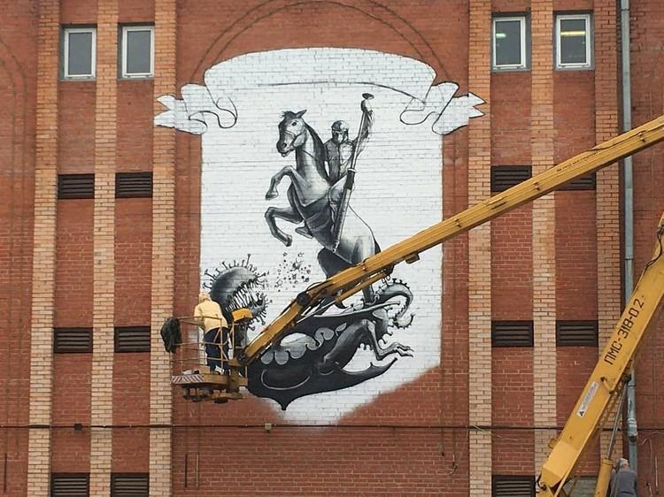 Герой пронзает крылатую гадину, которая символизирует коронавирус. Фото: администрация Подольска