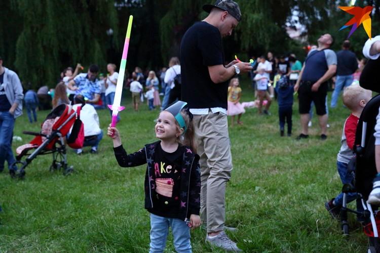 Уличных продавцы предлагали приобрести для своих детей световые мечи, летающие светодиодные самолётики и шары.