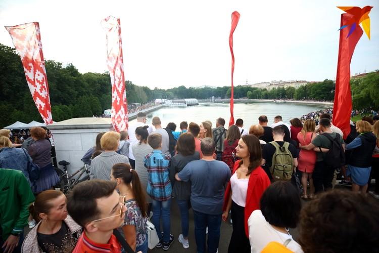 На мосту над рекой Свислочь собрались люди уже с 19:00.
