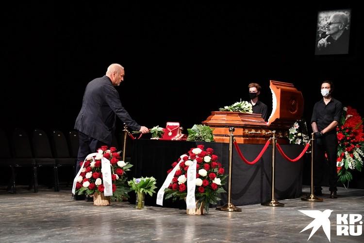 Седовласый мужчина у гроба - Александр Балуев простился с товарищем.