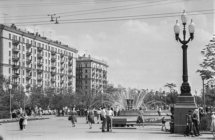 Москва. 10 июня 1957 г. Сквер на 2-й Песчаной улице. Фото: Валентин Соболев/ТАСС