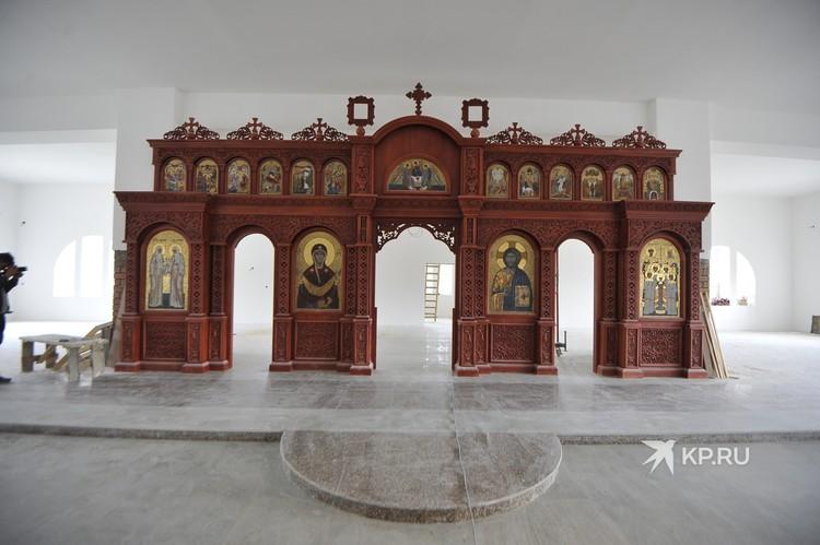 На третьем этаже расположится сам храм. Иконостас уже готов.