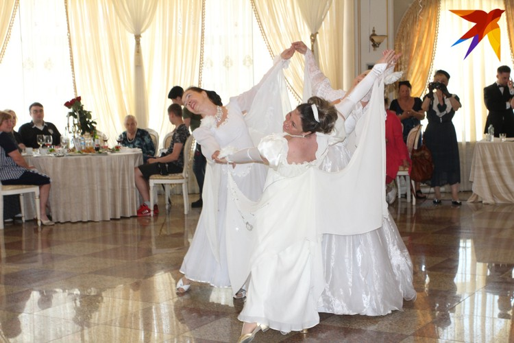 На празднике в честь вручения сертификатов женщин-ветеранов развлекали песнями и танцами.