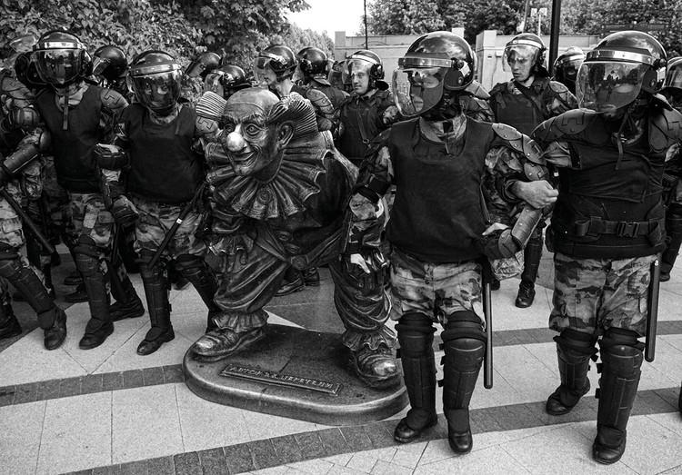 Отметили Михаила за снимок, сделанный рядом с цирком имени Никулина во время протестных акций в Москве летом 2019 года.