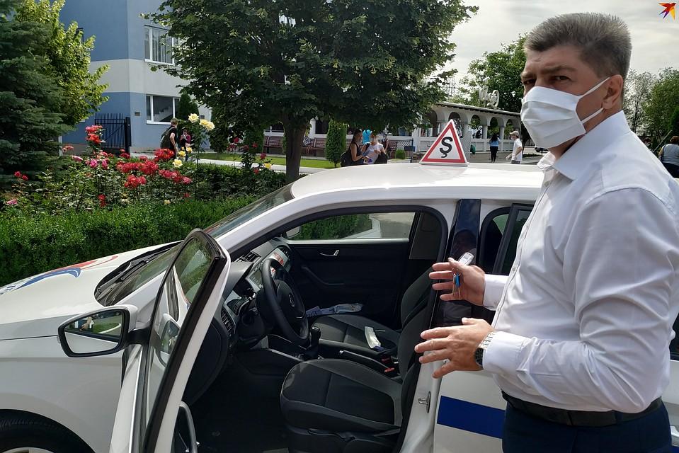 Виктор Колин показал, где в экзаменационном автомобиле расположены видеокамеры, - они повсюду Фото: Наталья СИНЯВСКАЯ