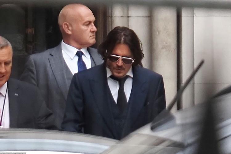 Джонни Деппа сопровождали юристы.