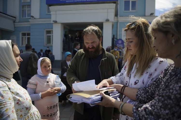 По словам сторонников отца Сергия, за три дня они собрали 6000 подписей в его поддержку
