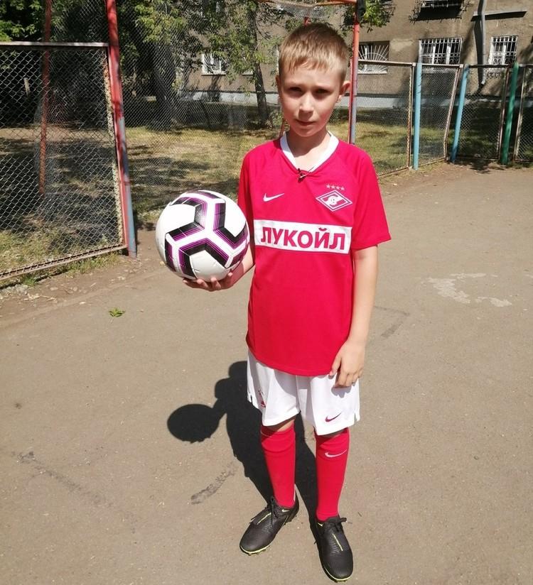 Красно-белые прислали 50 мячей для детских домой и форму для Саввы Ярыгина. Фото соцсети.