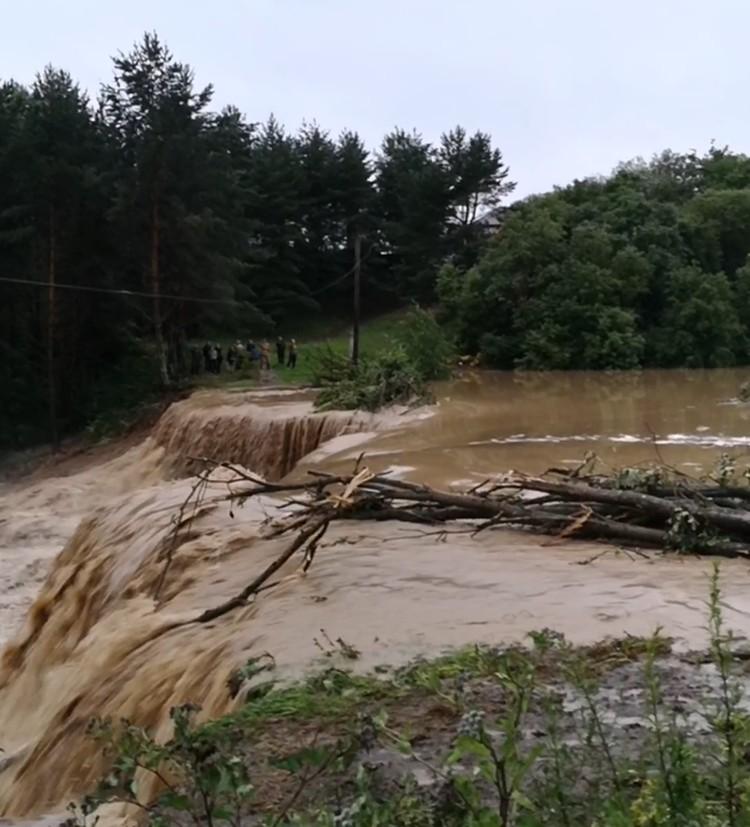 Потоки воды и грязи подтопили 29 домов.