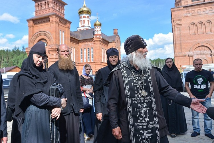 Отца Сергия постоянно сопровождает свита