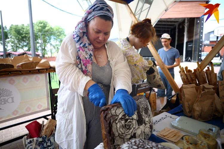 Алена ездит по регионам Беларуси и собирает рецепты выпечки хлеба.