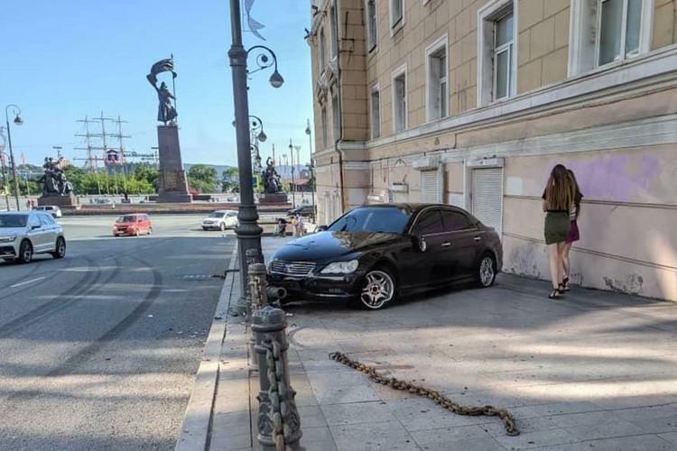 Машина выехала на тротуар в центре Владивостока