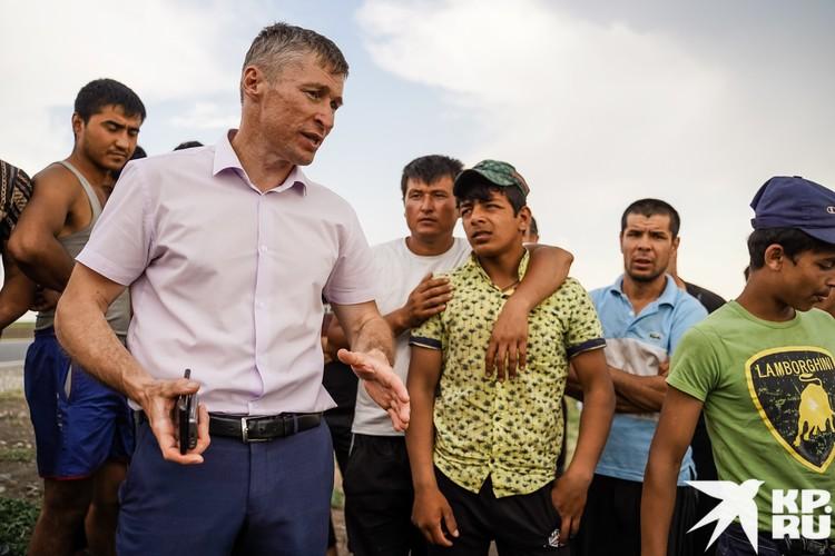 Зам главы Большечерниговского района Александр Сомов по нескольку раз в день бывает в лагере мигрантов
