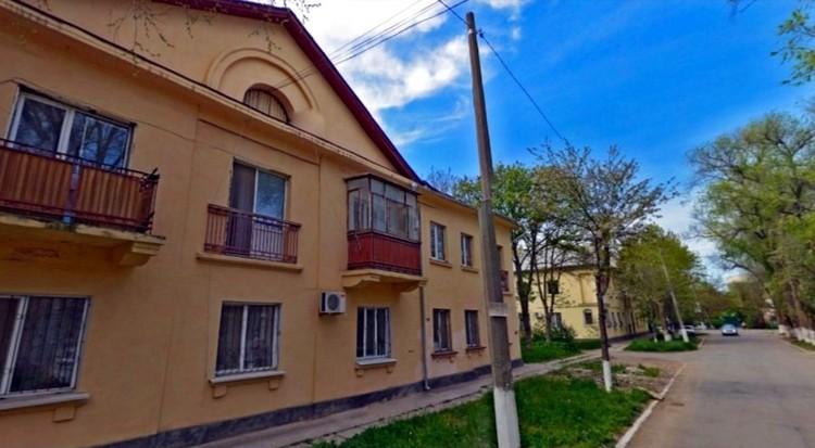 Драка произошла под окнами этого дома в Сках. Фото: Яндекс.Карты.