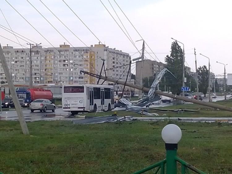 Мачта освещения упала на автобус. Фото соцсетей