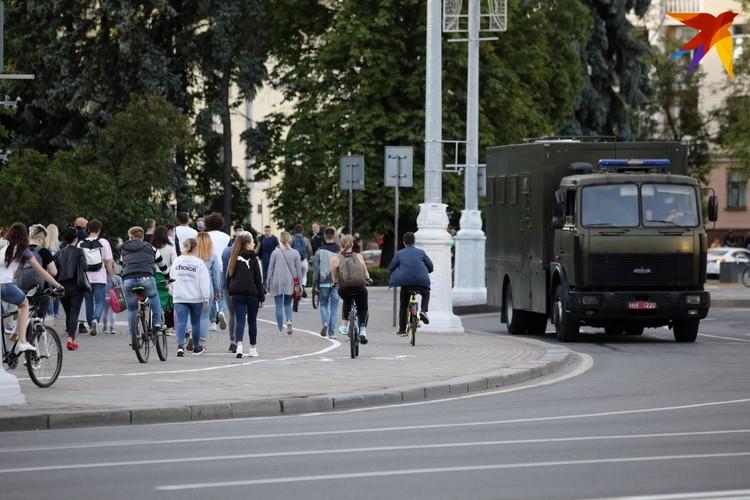 Автозаки курсировали по проспекту Независимости.
