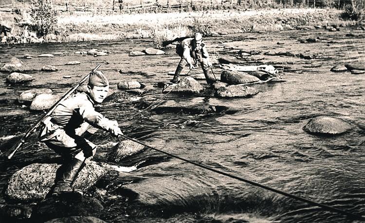 Бойцы восстанавливают линию связи. Фото: waralbum.ru