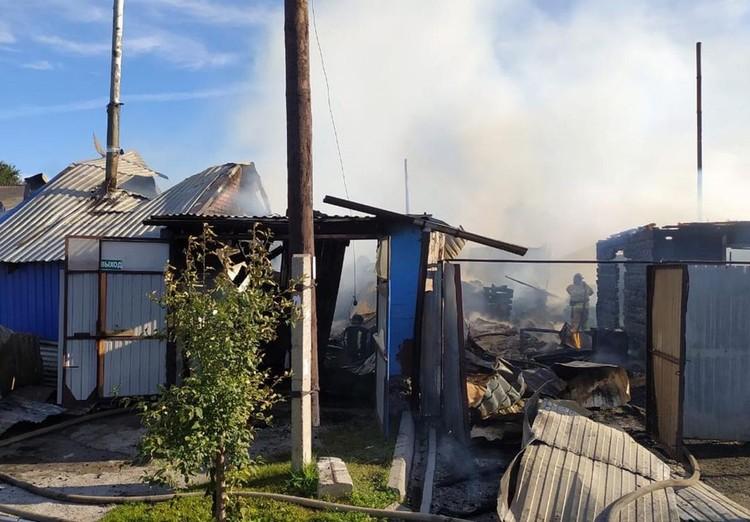 От огня пострадали три дома. Фото: ГУ МЧС России по Новосибирской области
