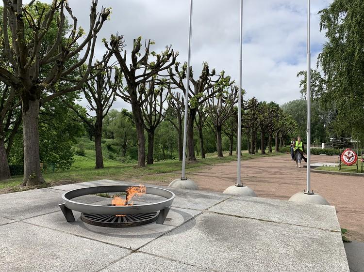 Вечный огонь у подножия мемориала «Приморский».