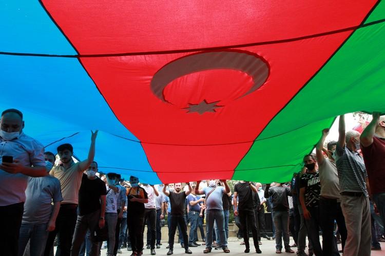 В Баку уже прошла многотысячная демонстрация под лозунгом: Отмени карантин, начни войну!