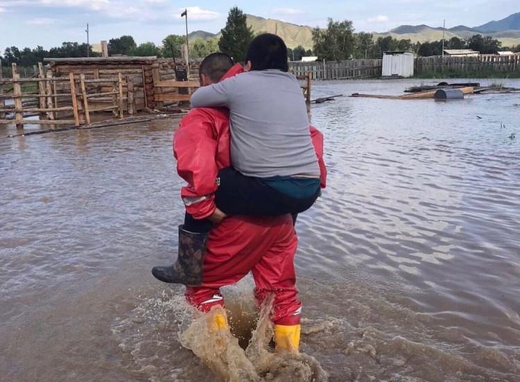 Спасатели выносят людей на руках Фото: МЧС Тувы