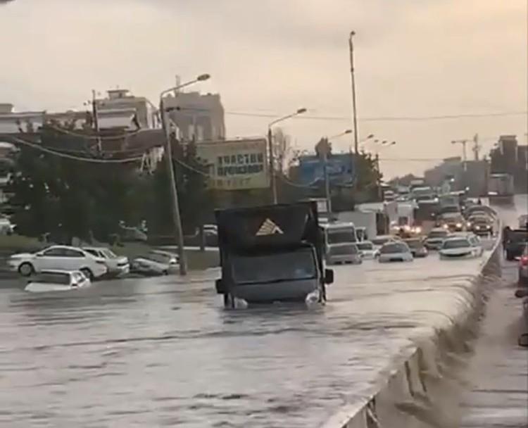 Грузовик ушел под воду прямо на дороге. Фото: соцсети